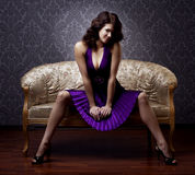 женщина сбора винограда золота кресла роскошная сидя Стоковые Фото
