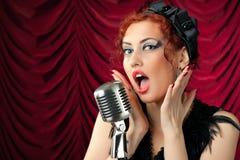 женщина сбора винограда redhead микрофона пея Стоковая Фотография RF