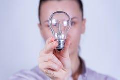 женщина светильника удерживания Стоковое Изображение RF