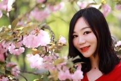 Женщина свободы счастливая чувствуя свободно в лете природы весной внешнем Стоковые Изображения