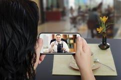 Женщина свяжется доктор e-здоровья мобильным телефоном стоковые фото