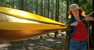 Женщина связывая гамак в лесе 4k сток-видео