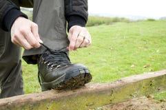 Женщина связывая шнурки ботинка Стоковая Фотография RF