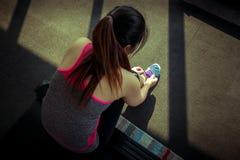 Женщина связывая шнурки идущих ботинок подготавливая для jogging Стоковые Фото