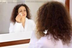 женщина сек зеркала близкая сь Стоковое Изображение RF