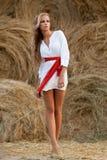 женщина сена близкая стоящая стоковое изображение rf