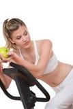 женщина серии удерживания зеленого цвета пригодности яблока стоковая фотография