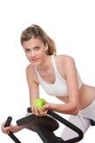 женщина серии удерживания пригодности яблока стоковое фото rf