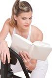 женщина серии чтения пригодности книги стоковые фотографии rf