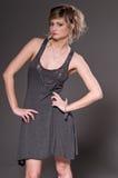женщина серого цвета платья стоковая фотография rf