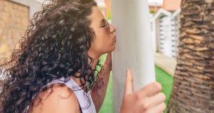 Женщина серфера брюнет с целовать верхней части и бикини Стоковые Фото