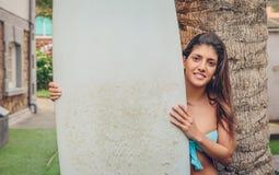 Женщина серфера при бикини держа surfboard Стоковые Изображения RF