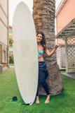 Женщина серфера с удерживанием бикини и мокрой одежды Стоковое Изображение RF
