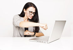 Женщина сердитая над вашим компьютером стоковое изображение rf