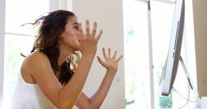 Женщина сердясь перед компьютером акции видеоматериалы