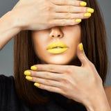 женщина сети шаблона страницы приветствию стороны карточки предпосылки всеобщая Желтый ноготь голубые губы стоковое изображение