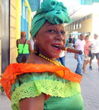 Женщина сигары представляя для туриста стоковые изображения rf