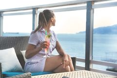 Женщина сидит в баре пляжа с coctail стоковое фото
