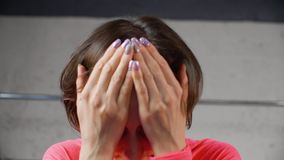 Женщина сидит голова владением думает крупный план представления релаксации сток-видео