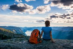 Женщина сидит на краю скалы на пути к валуну k стоковая фотография rf