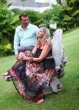 Женщина сидит на стенде и смотрит стоящего человека Стоковые Фотографии RF