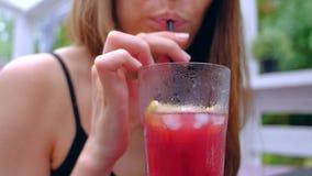 Женщина сидя в коктейле напитка террасы холодном сток-видео