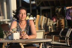 Женщина сидя в напольном кафе Стоковые Изображения RF