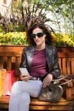 Женщина сидя в стенде используя чернь Стоковое фото RF