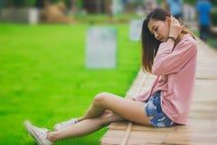 Женщина сидя на бамбуковом мосте стоковые фотографии rf