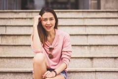 Женщина сидя на лестнице стоковая фотография