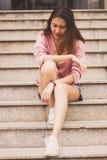 Женщина сидя на лестнице стоковое изображение