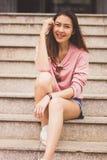 Женщина сидя на лестнице стоковые изображения