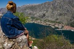 Женщина сидя на скале стоковая фотография rf