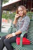 Женщина сидя на стенде шины Стоковое Изображение RF