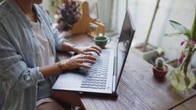 Женщина сидя на столе с ее деятельностью ноутбука акции видеоматериалы