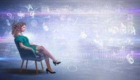 Женщина сидя с номерами и концепцией отчетов стоковое изображение