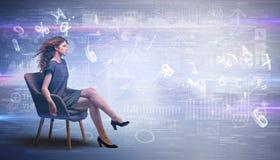 Женщина сидя с номерами и концепцией отчетов стоковая фотография