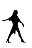 женщина силуэта гуляя Стоковое Фото