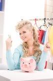 женщина симпатичных дег банка piggy Стоковая Фотография