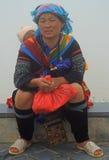 Женщина сидеть внешний в PA Sa, Вьетнаме Стоковые Изображения RF