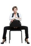 Женщина сидит верхом на стуле пересеченные рукоятки доминантно стоковая фотография rf