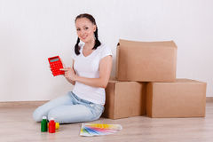 Женщина сидит в комнате около коробок Стоковые Фото