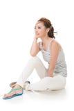 Женщина сидит на земле стоковое изображение rf