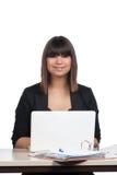 Женщина сидит перед тетрадью Стоковое Изображение