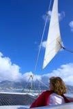 Женщина сидит под ветрилом стоковая фотография