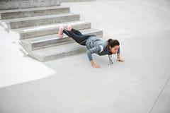Женщина сильного фитнеса городская делать нажимает поднимает стоковое фото rf