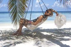 Женщина сидя в гамаке Стоковая Фотография RF