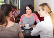 Женщина 3 сидя в кафе Стоковые Изображения