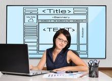 Женщина сидя в офисе Стоковые Изображения