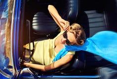 Женщина сидя в ретро автомобиле стоковое фото rf